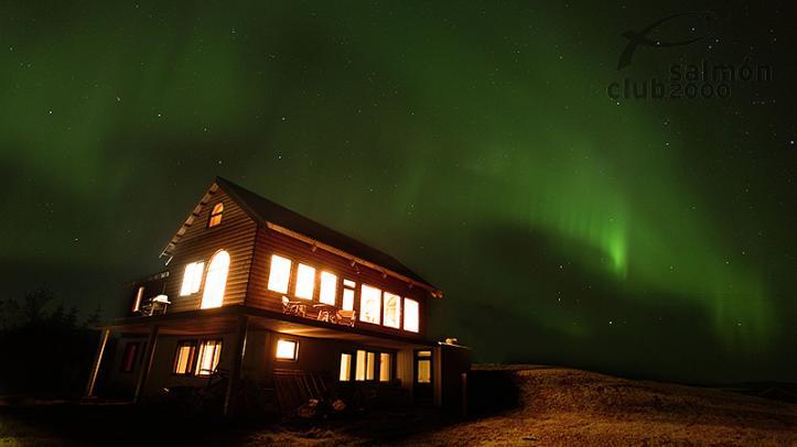 Lodge del Río Tungulaekur una noche de Aurora Boreal