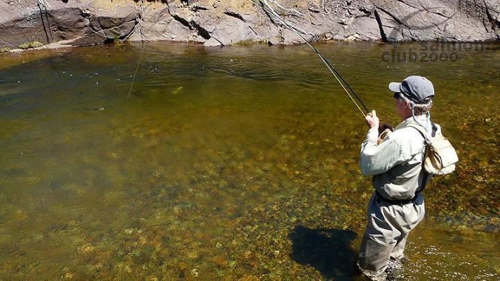 Pesca en un arroyo silvestre de la Estancia del Zorro