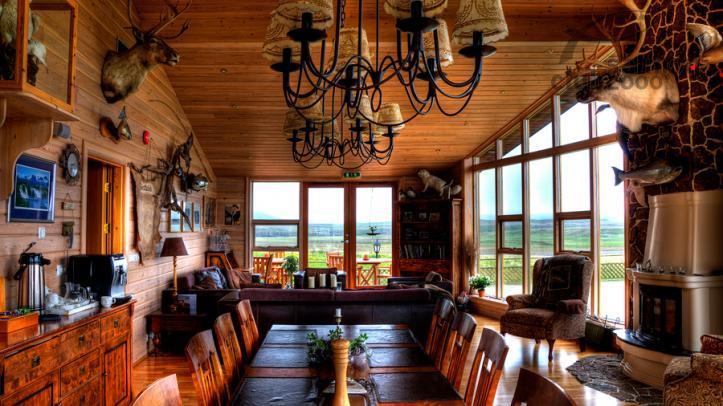 Interior del lodge en el Río Breiddalsá