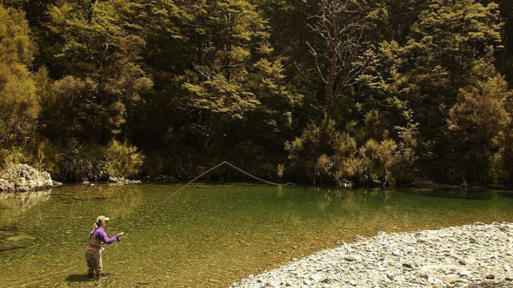 Pesca de truchas en arroyo con Tongariro Lodge