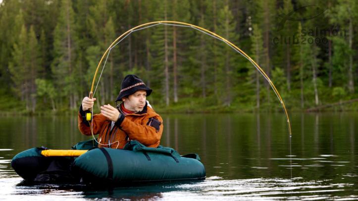 Pesca en lago área Tjärnheden Suecia