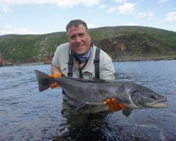 Carles Verdaguer, con un bonito salmón de la Península de Kola en Rusia